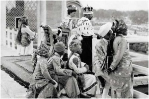 All he surveys King George V at the Delhi Durbar, 1911